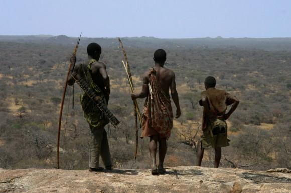 3. irudia: Hadza ehiztariak tanzaniar paisaiari begira. Irudia: Brian Wood.