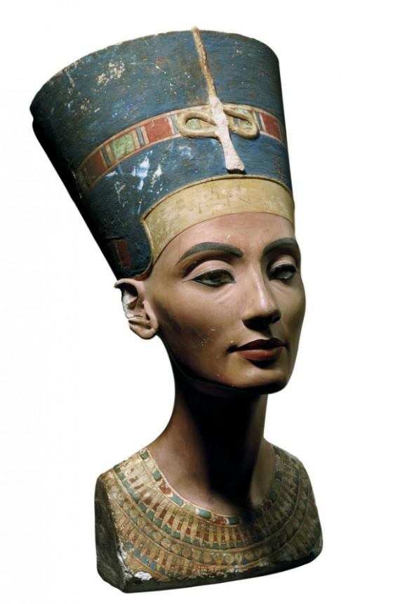 1. irudia: Hilezkortasunaren beste adibide bat. Nefertitiren 50. cm-ko bustoa K.a. 1340. urtean egina eta Amarnan aurkitua 1912. urtean.
