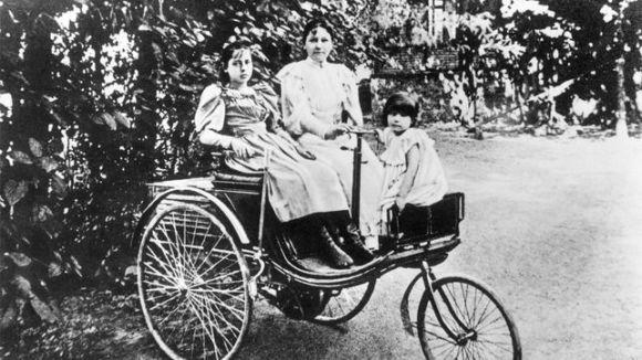 1.irudia: Bertha Benz alaba gazteekin, Mercedes Patent Motorwagen 3 automobilarekin.