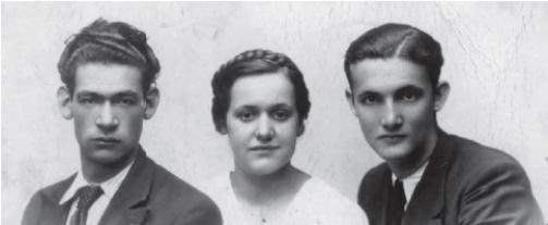 2. irudia: Luz Zalduegi haren ikaskideak izan ziren Leandro Carbonero (senarra izan zena, eskuinekoa) eta Juan Ramón Castaño, ikasketak bukatu ondoren.