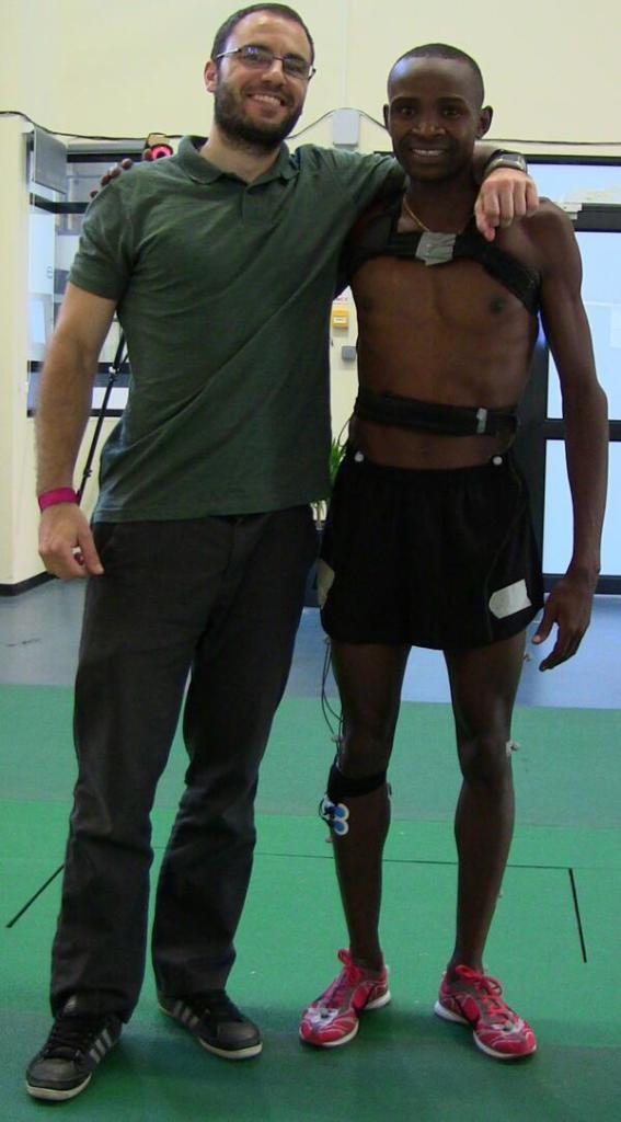 Jordan Santos ikertzailea, ikerketan parte hartu duen atleta kenyar batekin.