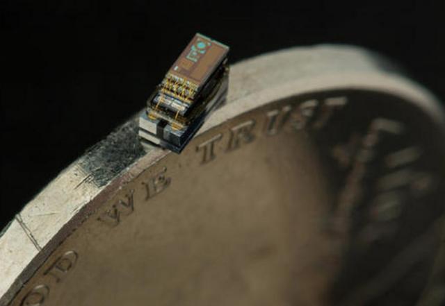 Irudia: Milimetro kubiko bateko neurria duen ordenagailua, txanpon baten gainean. (Argazkia: Electrical & Computer Engineering at Michigan)