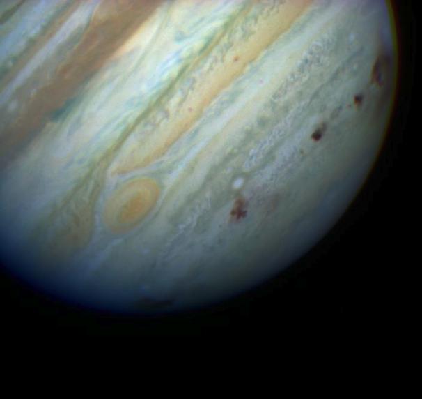 2. irudia: Shoemaker-Levy9 kometak Jupiterren kontra utzitako aztarnen irudiak Hubble teleskopioak hartuta. (Argazkia: NASA)