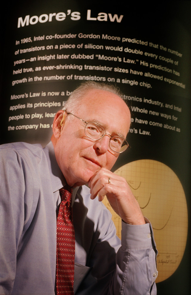 1. irudia: Gordon E. Moore, Intel Corporationeko sortzaileetako bat, 2005. urtean haren printzipioak 40 urteurrena bete zituenean. (Argazkia: Intel Corporation)