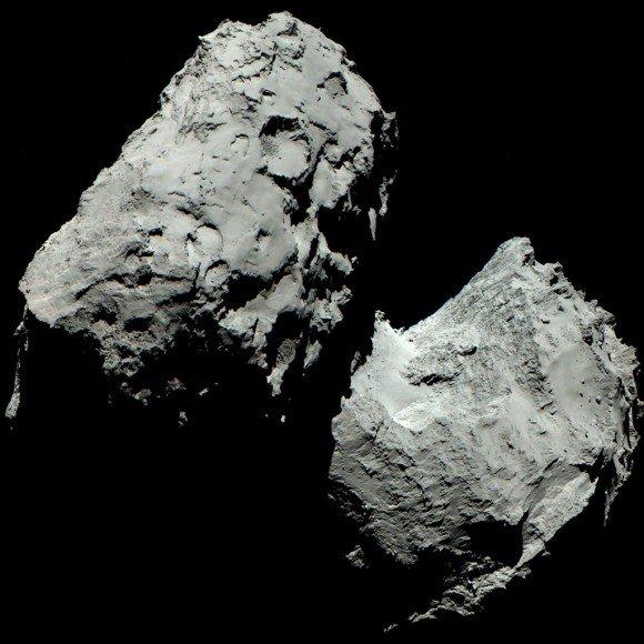 """3. irudia: Los ojos de Rosetta son muy diferentes de los nuestros. Imágenes del instrumento OSIRIS revelan el color del cometa 67P Churyumov-Gerasimenko tal y como lo vería el ojo humano. Para crear una imagen que revele los """"verdaderos"""" colores de 67P, los científicos han superpuesto imágenes tomadas con los filtros rojo, verde y azul de la cámara. Foto: ESA/Rosetta/MPS for OSIRIS Team MPS/UPD/LAM/IAA/SSO/INTA/UPM/DASP/IDA"""