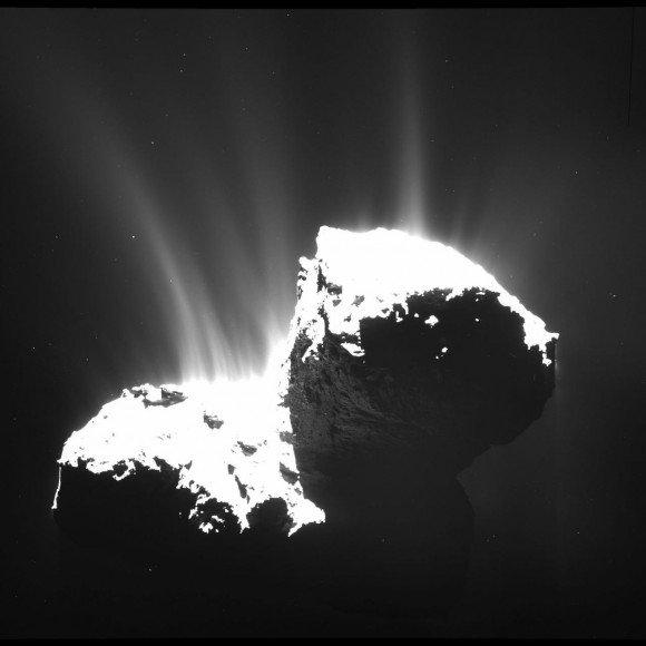 4. irudia: Chorros de polvo emergiendo del núcleo del cometa. Foto: ESA/Rosetta/MPS for OSIRIS Team MPS/UPD/LAM/IAA/SSO/INTA/UPM/DASP/IDA.