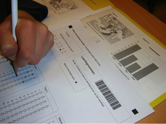 3. irudia: Azterketak eta testak, hezkuntza-ebaluazioen oinarri. (Argazkia: Onderwijsgek, nl.wikipedia.org, CC BY-SA 2.5 lizentziapean.)