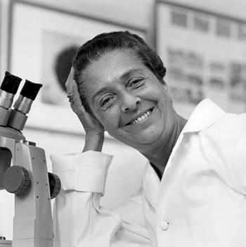 2. irudia: Rita Levi-Montalcini haren laborategian 1960an, gutxi gorabehera. (Argazkia: Copyright © Becker Medical Library, Washington University School of Medicine. Argazkilari ezezaguna)
