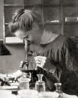 2. irudia: Nettie Stevens Europan egonaldiak egin zituen itsasoko organismoak aztertzeko. Argazkian lanean 1909. urtean Italian (Napoli), laborategian. (Argazkia: AEBtako Marine Biological Laboratory)
