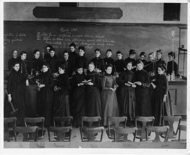 2. irudia: Richards, far left back row, poses with other women at MIT in 1888. Photo credit: MIT Museum