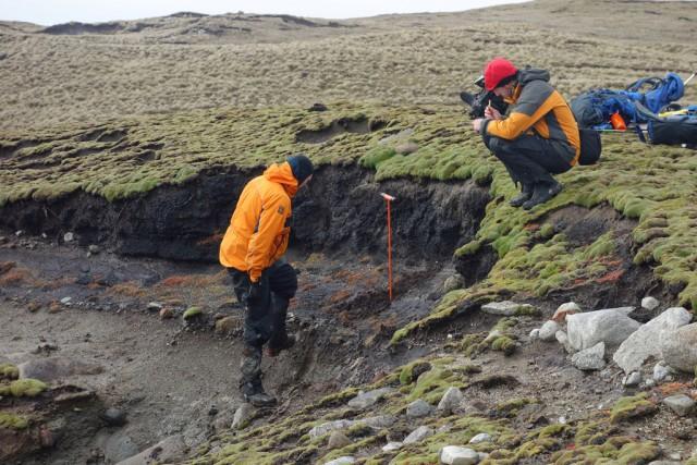 2. irudia: Eñaut Izagirre, eskuinean, sedimentuen estratigrafia lanak egiten. (Argazkia: Eñaut Izagirre)