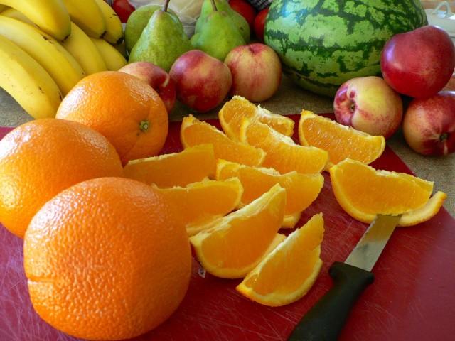 2. irudia: Fruta osorik jatea zukututa edatea baino askoz ere osasungarriagoa da. (Argazkia: Sandy Austin / CC BY 2.0)
