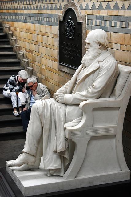 3. irudia: Darwinen estatua Londoneko Natural History Museoan.