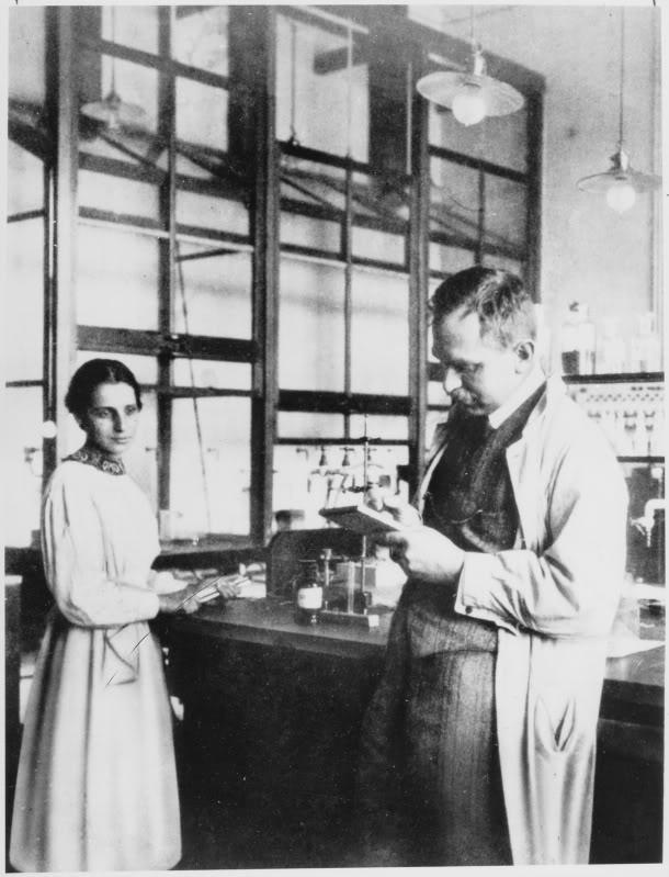 2. irudia: Lise Meitner eta Otto Hahn laborategian. Dahlem, 1913. urtea. (Argazkia: Wikipedia)