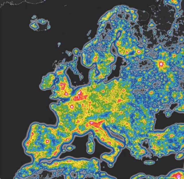 2. irudia: Europan, nabarmena da hirigune handien eta argi kutsaduraren arteko harreman estua. (Argazkia: Falchi et al. / Science Advances)