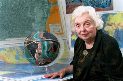 Marie Tharp (1920-2006): Itsas hondoko enigma, trazu leun eta koloretan