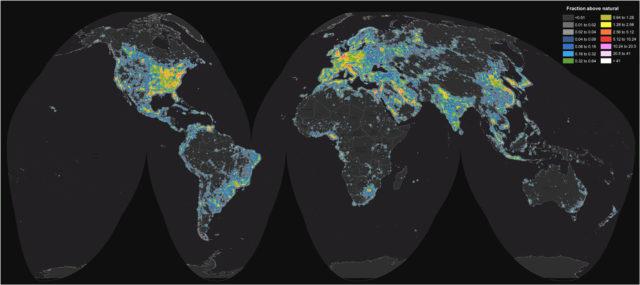 1. irudia: Munduaren argi-ilunak erakusten ditu mapa honek. (Argazkia: Falchi et al. / Science Advances)