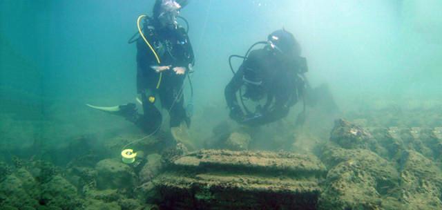 1. irudia: Urpekari batzuek aurkitu zituzten piezak, bi eta bost metro arteko itsas sakoneran. (Argazkia: East Angliako Unibertsitatea)