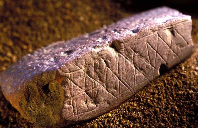 3. irudia: Pieza de ocre grabadas con figuras geométricas de la cueva Blombos.