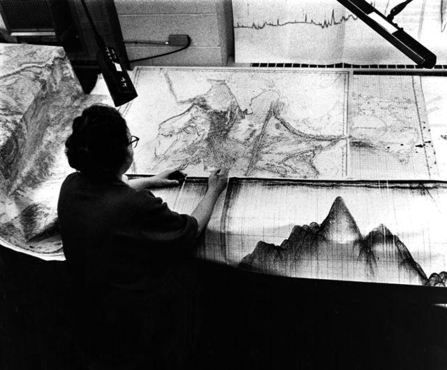 2. irudia: Marie Tharp lanean armada amerikarrak bidaltzen zizkion datuak kokatzen, haren laborategian.