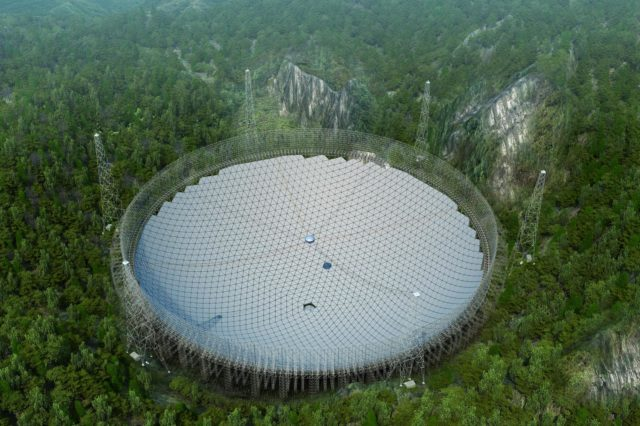 Irudia: Munduko irrati teleskopio handienak bostehun metroko diametroa du. (Argazkia: FAST)