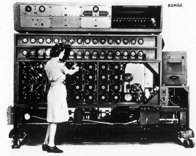 3. irudia: El bombe era un dispositivo electromecánico usado por los criptólogos británicos para ayudar a descifrar las señales cifradas por la máquina alemana Enigma durante la Segunda Guerra Mundial.