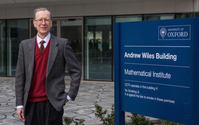 4. irudia: Andrew Wiles bere izena daraman Oxfordeko Institutuaren aurrean. Argazkia: John Cairns.