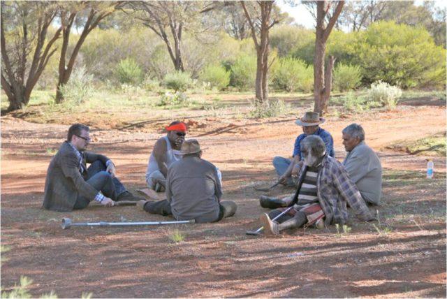 1. irudia: Australiako aborigenak eta zientzialariak elkarlanean aritu dira ikerketa honetan. (Argazkia: Preben Hjort, Magus Film)