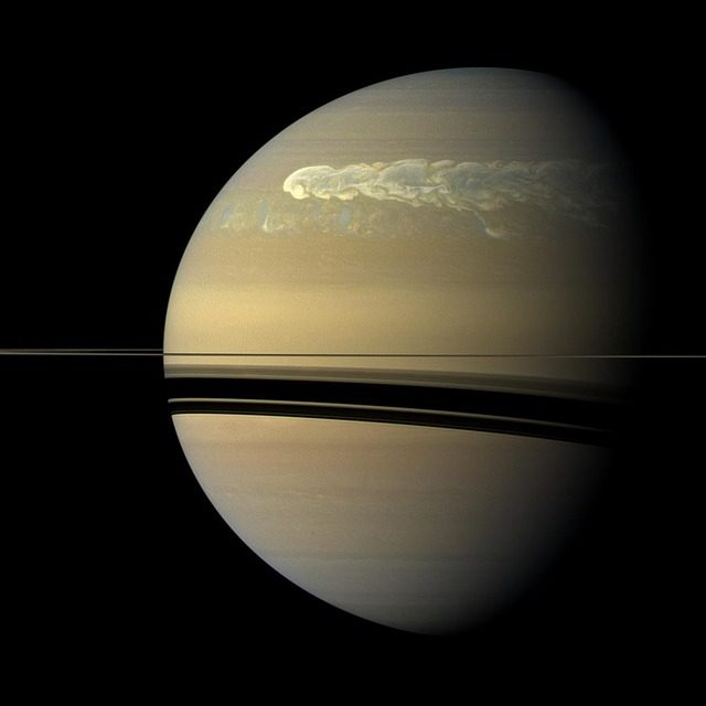 Irudia: UPV/EHUko Zientzia Planetarioen ikerketa-taldeko kideek Ezagutarazi dira Saturnoren atmosferako zorrotada korronte ekuatorial handiaren berezitasunak.