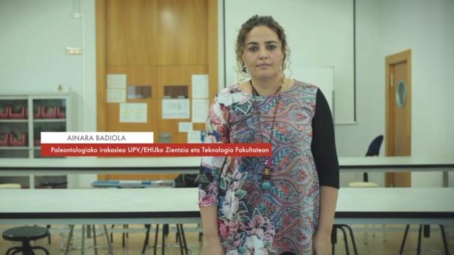 """Ainara Badiola: """"Fosilak aztertuz iraganeko biosferaren berri izan dezakegu"""" #Zientzialari (104)"""